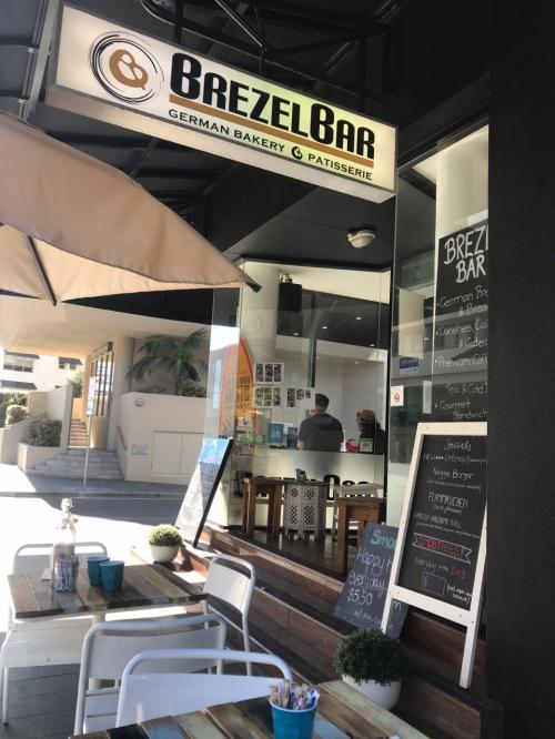 2日目朝食はアパートを出て左の「BREZEL BAR」<br /><br />ドイツ風の少し硬めのパンが美味しいお店です