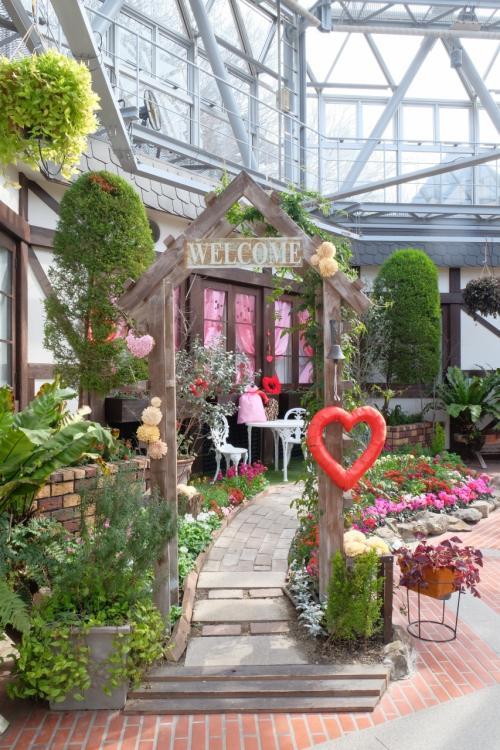 グラスハウスの中に入ると、エントランスホールがあり、<br />ウェルカムボードがバレンタイン仕様の庭に誘ってくれます。