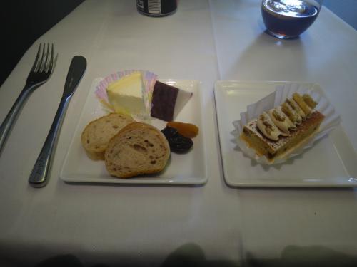 チーズとケーキを頂きました