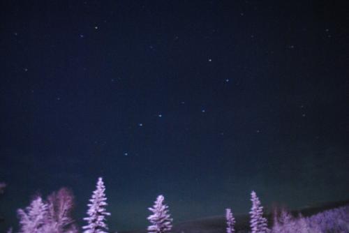 ホテル内のオーロラ観測所に行ってみた。<br /><br /><br />北斗七星がとてもきれいに出ています。<br /><br /><br /><br />ここまではっきり出ているのは初めて見た。<br /><br /><br /><br />それと、<br /><br /><br /><br />なんか下の方緑がかってませんか?<br /><br />このあとこれ以上の緑は見えず。