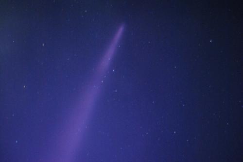 筋の先端を撮ってみる。<br /><br /><br />彗星?<br /><br /><br />飛行機雲?<br /><br /><br />結局何かわからず…。<br /><br />飛行機雲なら、頭の部分は細長く、尾の部分がどんどん広がりぼやけるが、ずっとこの状態だった。<br /><br /><br /><br />せっかくここまで天体ショーを身に来たのだから、<br /><br /><br /><br />彗星<br /><br /><br />としよう。