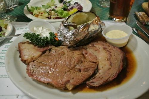 夜は日本人観光客御用達のタートルクラブでステーキをいただきます。<br />値段が高いほどお肉も柔らかくておいしい。<br /><br />日本では絶対に食べないようなビッグサイズのステーキをいただきました。
