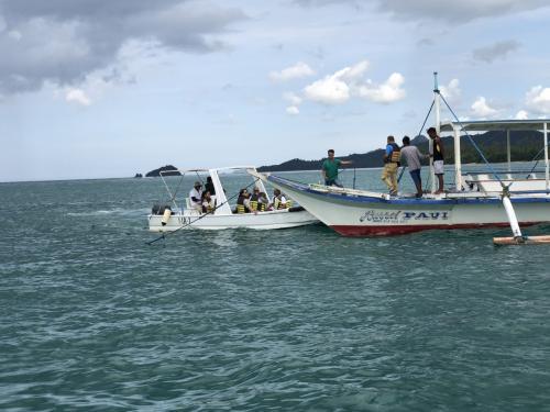 沖で乗り換えの後、さらにそれぞれの島へ向かう分岐点で、ミニロックの方達は他の船に移動。ここでお別れ。