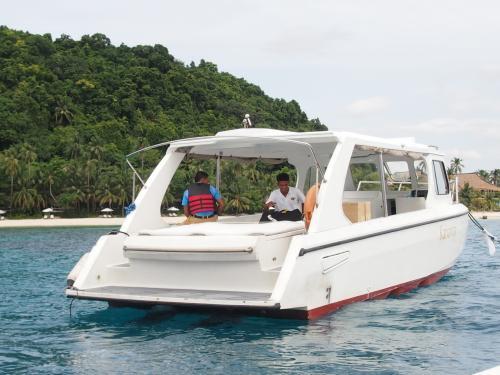 さらに、もう一度小さい船に乗り換え(笑)<br />最終的にこの船でパングラシアンリゾートに向かうのかと思いきや、リゾートには桟橋がないので(自然保護の為だと思いますが)着桟できず、小型ボートに。ってか、泳いだ方が早い距離。そうもいかないけれど。