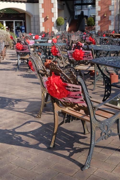広場のガーデンチェアには真っ赤なバラの飾り付けがされています♪