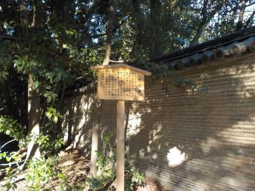 入口がよくわからず、とりあえず敷地内をウロウロしていたら<br />信長塀がありました。<br /><br />