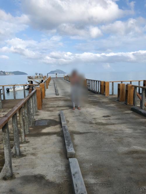 歩ける距離ですが、カートに乗って風を感じながら桟橋の先端まで。いよいよパングラシアン島 へ!