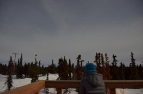 展望台でオーロラを待ってみますが、空は雲に覆われてなんにも見えません。