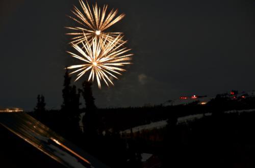 オーロラは全然見えないけれど、遠くから花火が!<br /><br />そうだった、今日は12/31。<br />カウントダウンの花火でした。<br /><br />オーロラを待ちながら年越しです。