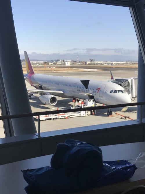 今回も仙台空港から出発です。11時半の仁川空港行きに搭乗します。9時に自宅を出て予定通り9時半空港到着。国際線到着ゲート前の出入り口に近い駐車場に車を止めてエレベーターで2階へ。アシアナ航空カウンターでチェックインします。