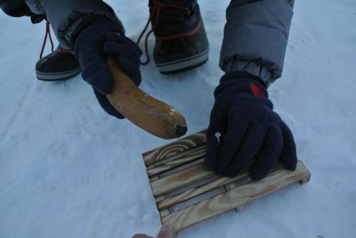 2日間外に放置してカチコチに凍ったバナナで釘を打ってみます。