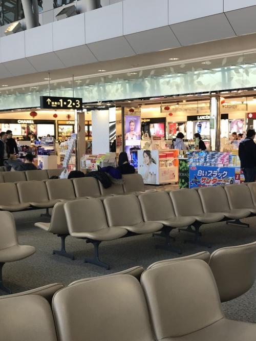 ほんの30分程で終了。<br />3番搭乗口からの出発です。見て回るところもなく…<br />主人は、IQOSのタバコを買います。