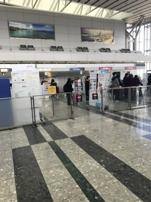 チェックインの列に並んでいる人を見ると、ほとんど韓国人の様な気がします。大きなキャリーケース1個預け、小さいキャリーケース1個持ち込みます。仁川空港で入国するかもしれないので、防寒着を詰め込みました。<br /><br />今回も個人手配なので印刷したeチケットをカウンターで見せ仁川空港までとタンソンニャット空港までの航空チケットを受け取ります。