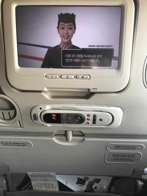 航空券予約時にトイレ前の窓側と真ん中の2席をとりました。後ろに誰も居ないだけでも気が楽です。通路側には、同年代の女性が座りましたが、主人を真ん中に窓側は、譲りません。