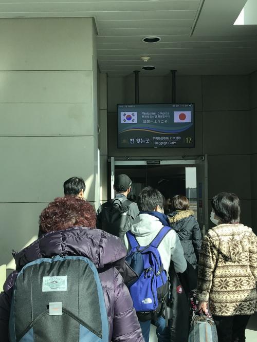 仁川空港到着しました。前のおばちゃんのパーマヘアーが韓国人ぽいですね。