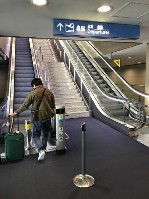 手荷物検査を終えて出国エリアへ。エスカレーターを上った所には、トランジットツアー等の案内があります。