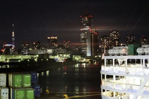 船尾の方からは、築地大橋や遠くには東京スカイツリーも。<br /><br />ここは隅田川の河口なので、川を遡れば浅草へと続きます。<br /><br />