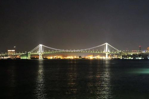 荷物を置いて、早速デッキへ。<br /><br />船の前方に行くとレインボーブリッジ。<br />その左側には、臨海副都心・お台場の夜景が広がっています。