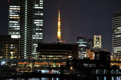 定刻の22時に出港。<br /><br />右側には東京タワーがビルの合間から見え隠れ・・・