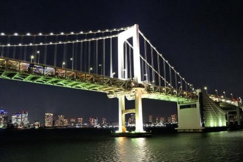1993年に竣工したレインボーブリッジは、港区芝浦地区と台場地区を結ぶ全長798mの吊り橋。<br /><br />海面からの橋げたの高さは52mありますが、最近の豪華クルーズ船は大型化して高さが70m前後もあり、レインボーブリッジの下をくぐれないため、竹芝桟橋に着岸出来ませんが、「さるびあ丸」はギリギリくぐれます。