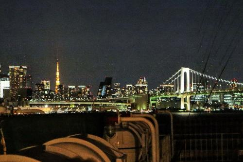 東京タワーとレインボーブリッジ。<br /><br />このツアーならではの眺めです。
