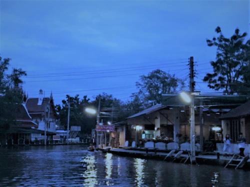 ワットチュラ運河(Khlong Wat Chula)<br /><br />12月05日(火)<br /><br />よ~く目を凝らすと運河の向こうの方に托鉢を済ませて<br />お寺に戻る托鉢の船が見えて<br /><br />この時間は風情があっていい雰囲気~~<br />もう少し早く来ていたら・・・