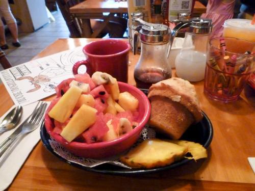 外国に来た雰囲気が味わえると噂の、ムース・マクギリカディーズで朝ごはんです<br />フルーツとマフィンのプレート