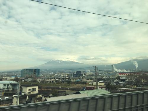 2月3日の東海道新幹線は予定道り出発し、富士山周辺の天気も晴れて新幹線車内から良く眺めることができた。いつも優先して座る富士山側のE席は眺めに最適である。<br />東京駅で、食べる時暖かくなる駅弁があると聞き、駅弁ばかり売っている中央コンコースのお店で「神戸の牛肉弁当」を買った。新大阪付近でお昼になったので、弁当の紐を引き、暖かくなった湯気の出る駅弁を食べた。長くて退屈するだろうと思われた新幹線の広島までの旅が楽しくなった。