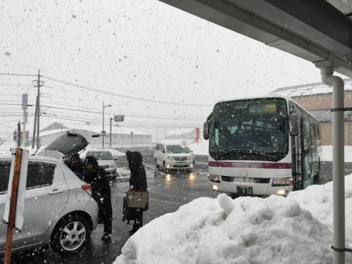 東海道新幹線・山陽新幹線と乗り継ぎ広島駅に予定道り着き、広島新幹線口発の石見交通石見大田行「石見銀山号」に乗車することができた。大雪から数日たっていた車道の両側に雪が高く積もった雪道の中、中国縦貫道、浜田自動車道を通り、無事石見田所駅に到着した。ここで、銀山号には、乗客に対し10分間の休憩時間がある。小雪は降り続けており、路面は、雪が解けて濡れている。<br />下車時、銀山号車内で支払うと現金払いとなる。田所駅でバス乗車券を発売していないので、旅行者は、広島駅新幹線口のバス乗車券発行事務所において、往復の乗車券をクレジットカードで購入することをお勧めする。切符の有効期間は、片道1月間である。