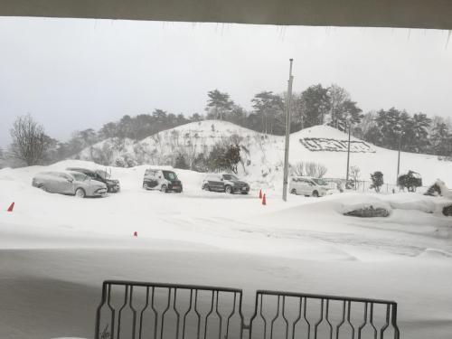 夜中に雪が降り、翌2月4日朝に「いこいの村」玄関に雪が積もった様子。