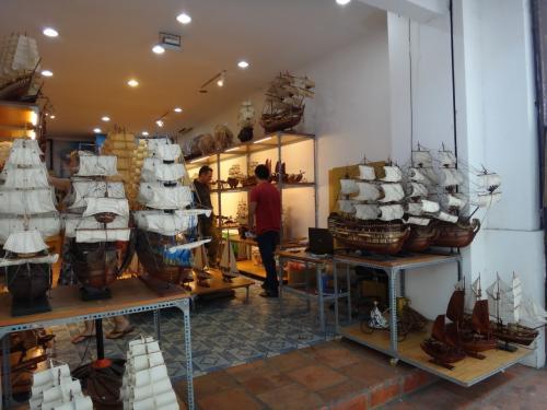 ホテルの向かい側に、帆船の模型のお店がありました。<br /><br />中にはマリンモチーフのインテリア用品などが置かれていて<br />時計とかちょっと迷いました。