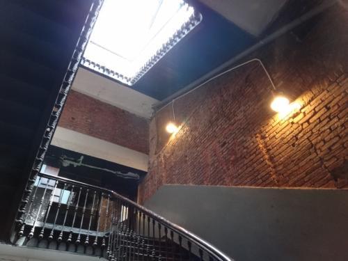 ここであってるかな?と不安になりながら<br />階段を上ります。