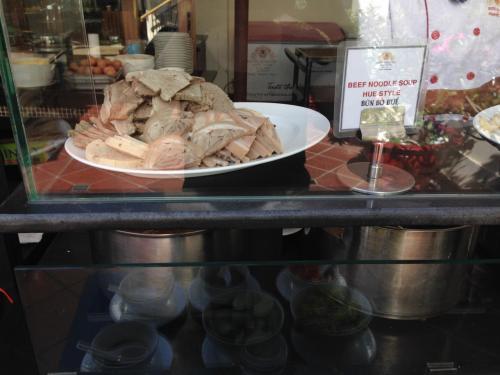 本日のヌードルコーナー <br />お肉が積まれています