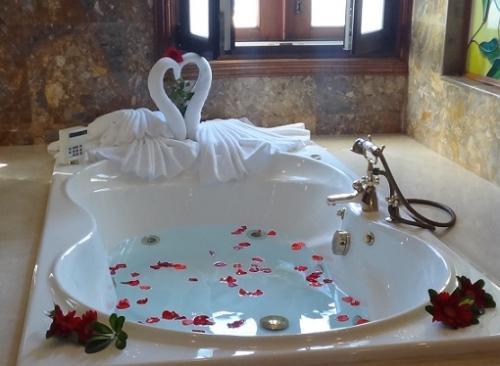 昨夜、ベッドの上のハートのスワンは、そっとお引越し。<br /><br />ロマンティックな朝風呂に。