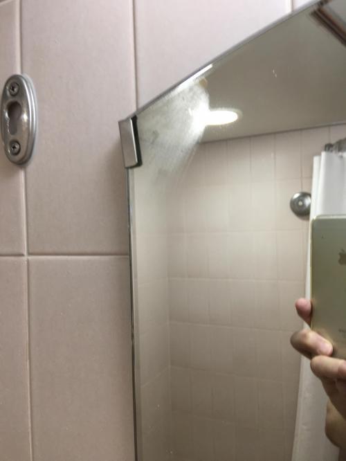大雪で予定が狂うこともなく、三井ガーデンホテルに着き浴槽に浸かると、浴室の鏡が曇らない部分(鏡の中心部分)があった。僕の関心が強いので、写真を撮ってみた。