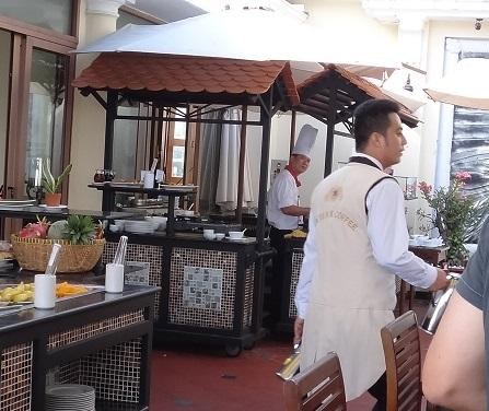 マジェスティック・ホテルの朝食ビュッフェの会場を<br />巡回している<br />ティー&コーヒーマン。<br />背中に大きくTEA&COFFEEって書いてある。<br /><br />両手にコーヒーと紅茶のサーバーを持っていて<br />かなり頻繁に回ってきて、沢山お代わりをサーブしてくれます。<br />しかも感じがイイの。<br />さすが高級ホテルだなぁ~