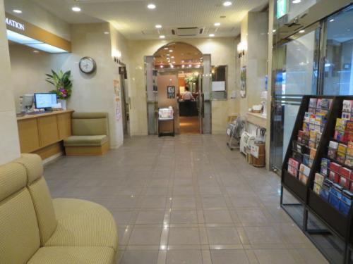 ホテルロコイン松山のロビー、観光パンフレットなど置いてあります