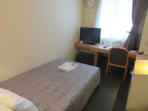 ホテルロコイン松山の客室、ちょっと狭いです