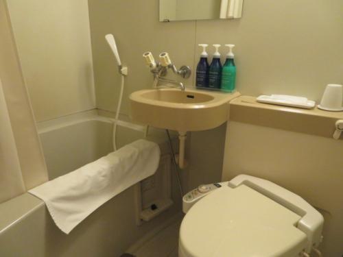 ホテルロコイン松山のバストイレ、トイレはシャワー式です