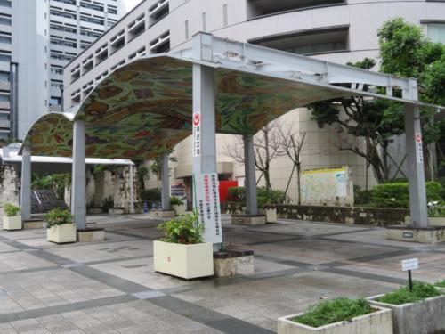 パレットくもじ前にある沖縄県議会・沖縄県庁