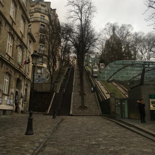 少し歩くと、サクレクール寺院の麓にたどりつきます。階段か、フニクレールという名のロープウェイか選べます。