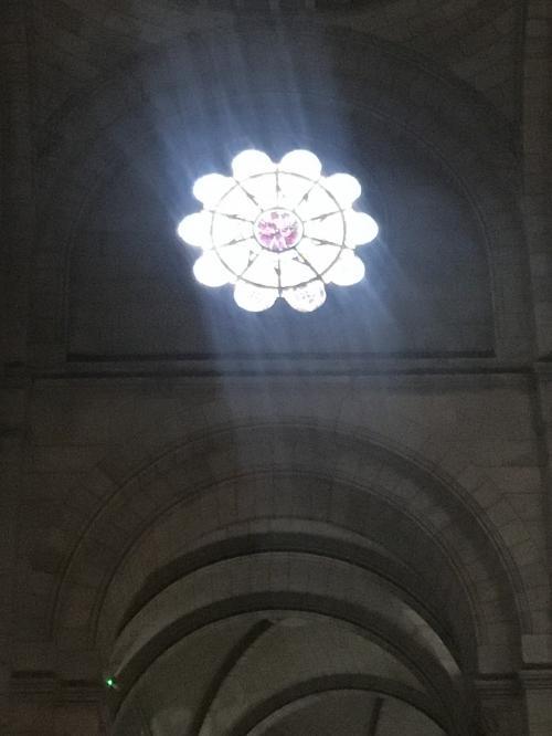 窓から光が入ってきます。