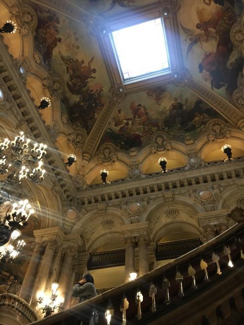 そしてオペラ座の内部見学へ。オーディオガイドを借りました。ここはヘッドフォン付きでしたが、オーディオガイドを借りる際ヘッドフォンが付いていない場合もある(ヴェルサイユ宮殿と香水博物館は付いていなかったと思います)ので、マイイヤフォンを携帯したほうが吉です。