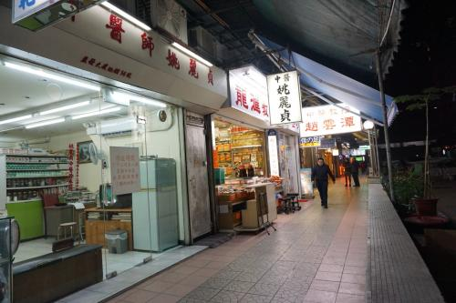 マンションの一階には商店が並んでいます。