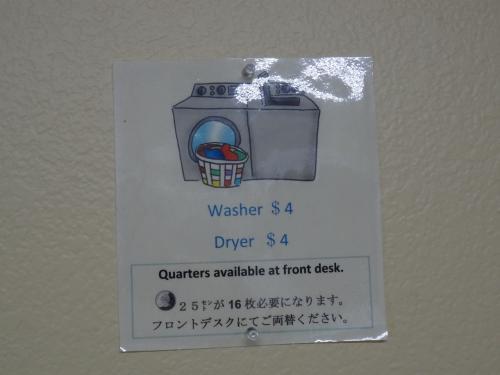 日本語表記がある!<br /><br />でも1回4ドル、25セントコイン16枚必要だなんて…。<br /><br />小銭ジャラジャラいわせてお洗濯。<br />こんな気温で乾くのかな…。
