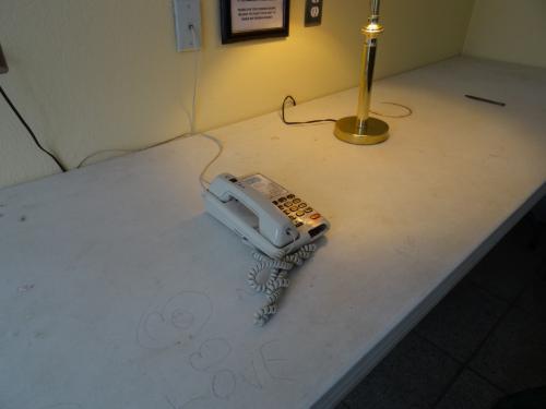 スマホがない昔はこの電話が活躍していたのだろうな…。<br /><br />1回3分までに協力して、と張り紙があるが、今はそんな自主規制も必要ないくらい利用者のいない公衆電話だった。<br /><br /><br />実はここ、ケータイは圏外で、ケータイはWi-fiでSkypeやLINEとこの電話で通話するしかない。<br /><br />ネット環境はとても乏しい。<br />日本でwi-fiを申し込まなかったとき、ドコモの場合、「海外1dayパケット」はここに来てから接続しようとしてもそもそも通話が圏外なので、ホテルのWi-fi(有料)に接続するか、フェアバンクス市街にいるときに海外1dayパケットを申し込んでおくかとなる。<br /><br />オイラは後者だったので、1日だけWi-fiを頼んだ。<br />4ドル/24時間だった。<br />フロントでWi-fiを頼むと、パスワードが渡されるのだが、このパスワードはデバイス1台のみ有効なので、複数台接続を希望するならデバイスごとに接続料金を支払う必要がある。<br /><br /><br />ネット接続環境が当たり前のこの時代、あえてそういうものとは距離を置いた日々を過ごすのもいいかもしれない。<br /><br />仮にそうなんしたとしても、ホテルスタッフは常駐しているし、エネルギー源はしっかりしているし…。<br />