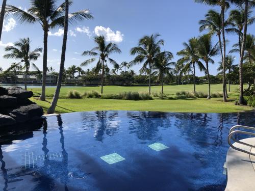 コンドミニアムの中のプールです。向こうはゴルフ場で、インフニティプールになっています。水は冷たくて、プールに肩までつかるには(風呂ではない)けっこう勇気がいります。一度入ってしまうと平気ですが。