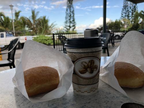 出来立てのマサラダとコーヒーです。コーヒーおいしいですよ。マサラダはプレーンにしました。あたたかくてふわふわです。朝は意外に寒かったので、温かいコーヒーとできたてのマサラダはこの日の朝食にぴったりです。