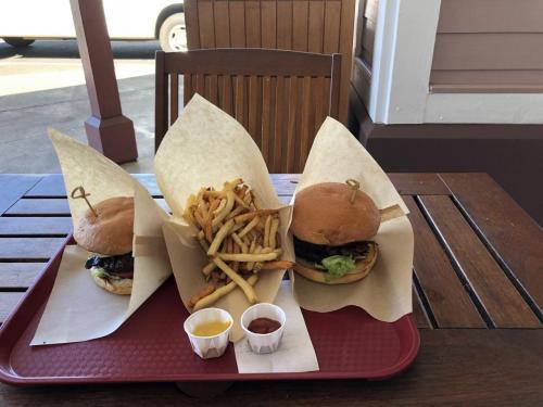 今回のハワイ島滞在で3回目のVillage Burger。<br />このバーガー基本はレタスとトマトだけです。3度目にして、オットはオニオンとベーコンをトッピングしました。それからストロベリーシェイクは頼まず・・・