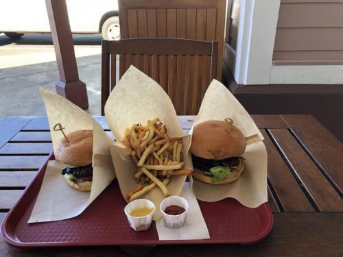 私はどうもここのハンバーガー中毒になってしまったようで、食べ終わった後またすぐ食べたいと思ってしまい・・・肉のいい匂い・・うーん忘れられん!